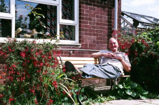 Graham in his neighbour Margaret's prefab garden, North Wingfield, August 2005 | Elisabeth Blanchet